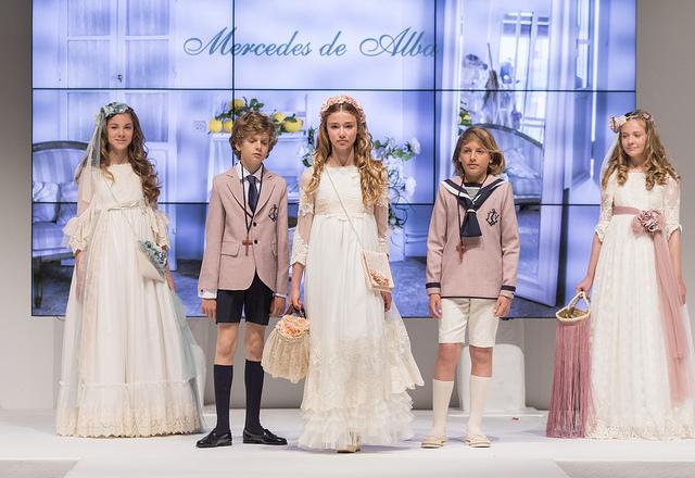 """""""Princesas de cuentos de hadas"""" desfilaron para la firma Mercedes de Alba"""